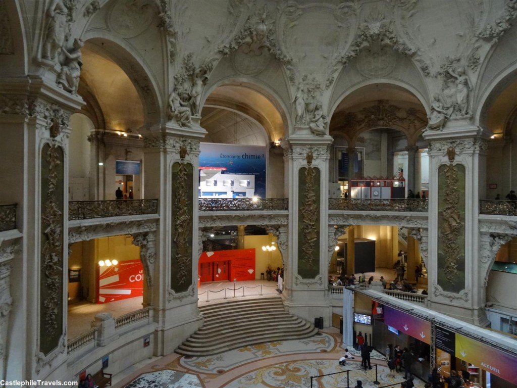 The grand foyer of the Palais de la Découverte